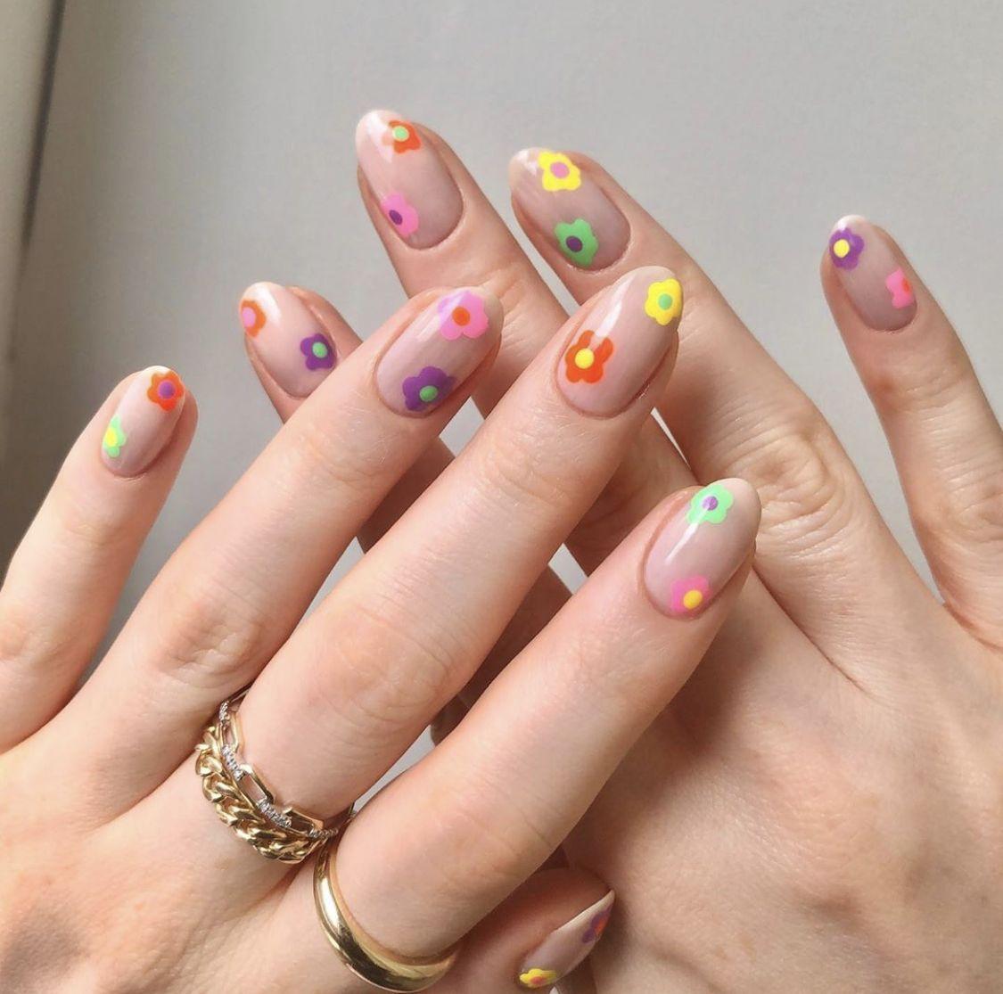 indie_nails_σε_μπεζ_χρώμα_με_διάφορα_λουλούδια_
