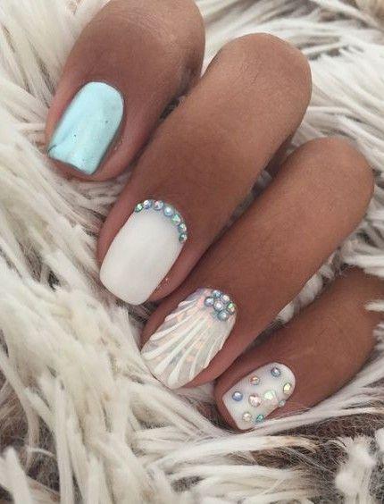 seashell nails_με_θαλασσί_και_λευκά_νύχια_