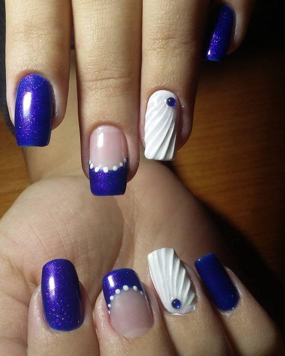 seashell nails_σε_βαθύ_μπλε_χρώμα_