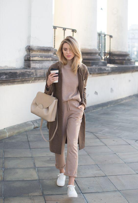 loungewear_outfit_με_μπεζ_πουλόβερ_μπεζ_φόρμα_καφέ_πανωφόρι_και_μπεζ_τσάντα_