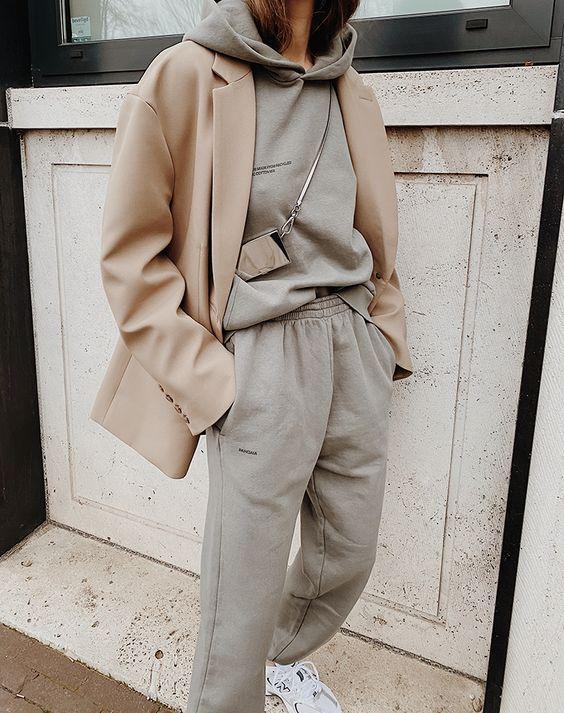 loungewear outfit_με_γκρι_φούτερ_γκρι_φόρμα_και_μπεζ_σακάκι_