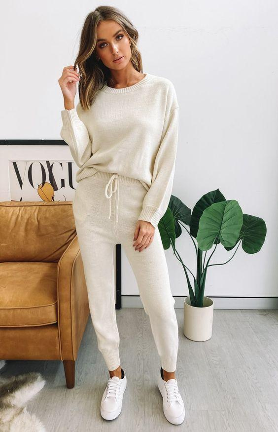 loungewear_outfit_με_μπεζ_πουλόβερ_και_μπεζ_φόρμα_