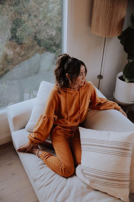 loungewear_γυναικείο outfit_με_πορτοκαλί_φόρμα_και_πορτοκαλί_φούτερ_