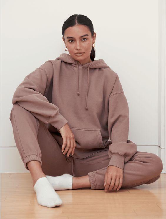 loungewear_γυναικείο outfit_με_ροζ_φόρμα_και_ροζ_φούτερ_