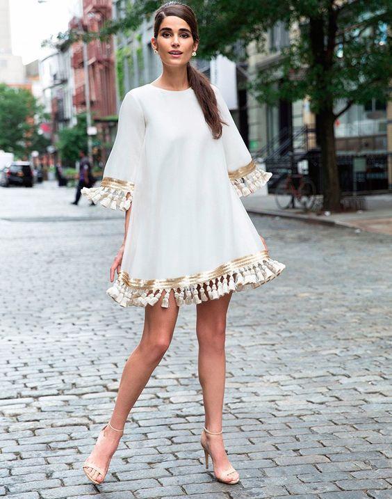 λευκό_άνετο_φόρεμα_με_φούντες_και_χρυσά_σχέδια_
