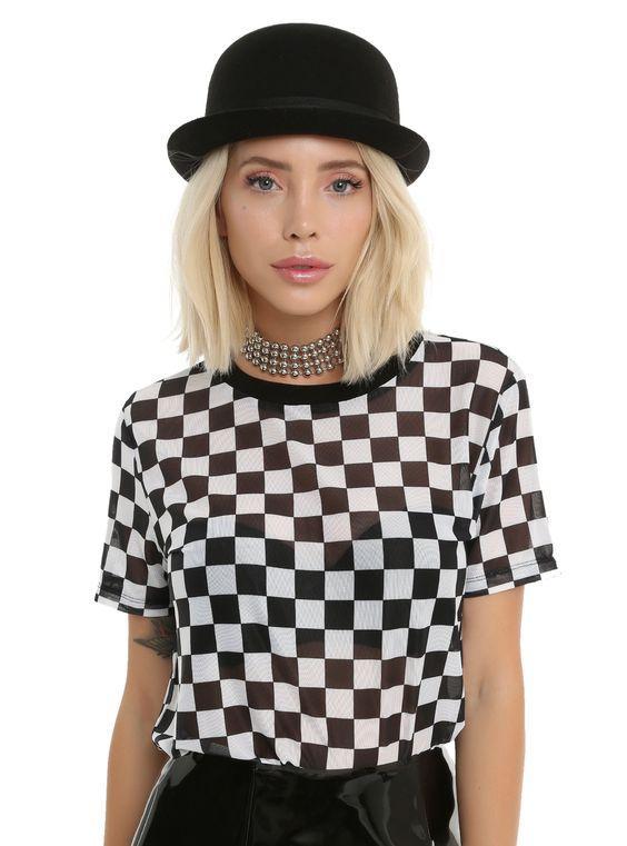 καρό_σκακιέρα_μπλούζα_με_μαύρο_καπέλο_