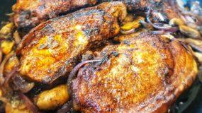 Χοιρινές μπριζόλες με κρεμμύδια και μανιτάρια_