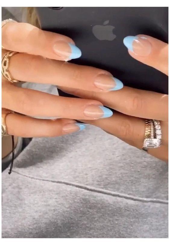 γαλάζια νύχια_τάσεις_στα_νύχια_Άνοιξη_Καλοκαίρι_