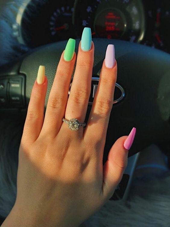 χρωματιστά_νύχια_τάσεις_στα_νύχια_Άνοιξη_Καλοκαίρι_