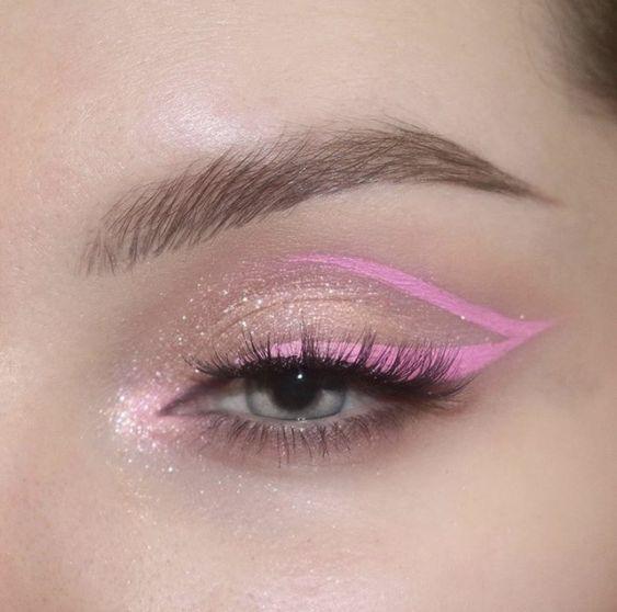 χρωματιστές_σκιές_και_χρωματιστά_eye_liner_ smokey eye_ιδέες_ smokey eye_ιδέες_ σκούρα_κραγιόν_ σκούρα_κραγιόν_ Οι νέες τάσεις στο μακιγιάζ για την Άνοιξη-Καλοκαίρι 2021_