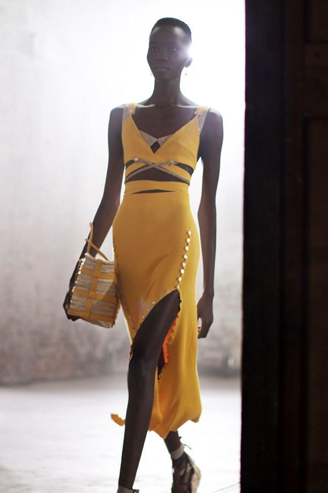 Crisscross_trend_στο_γυναικείο_ντύσιμο_