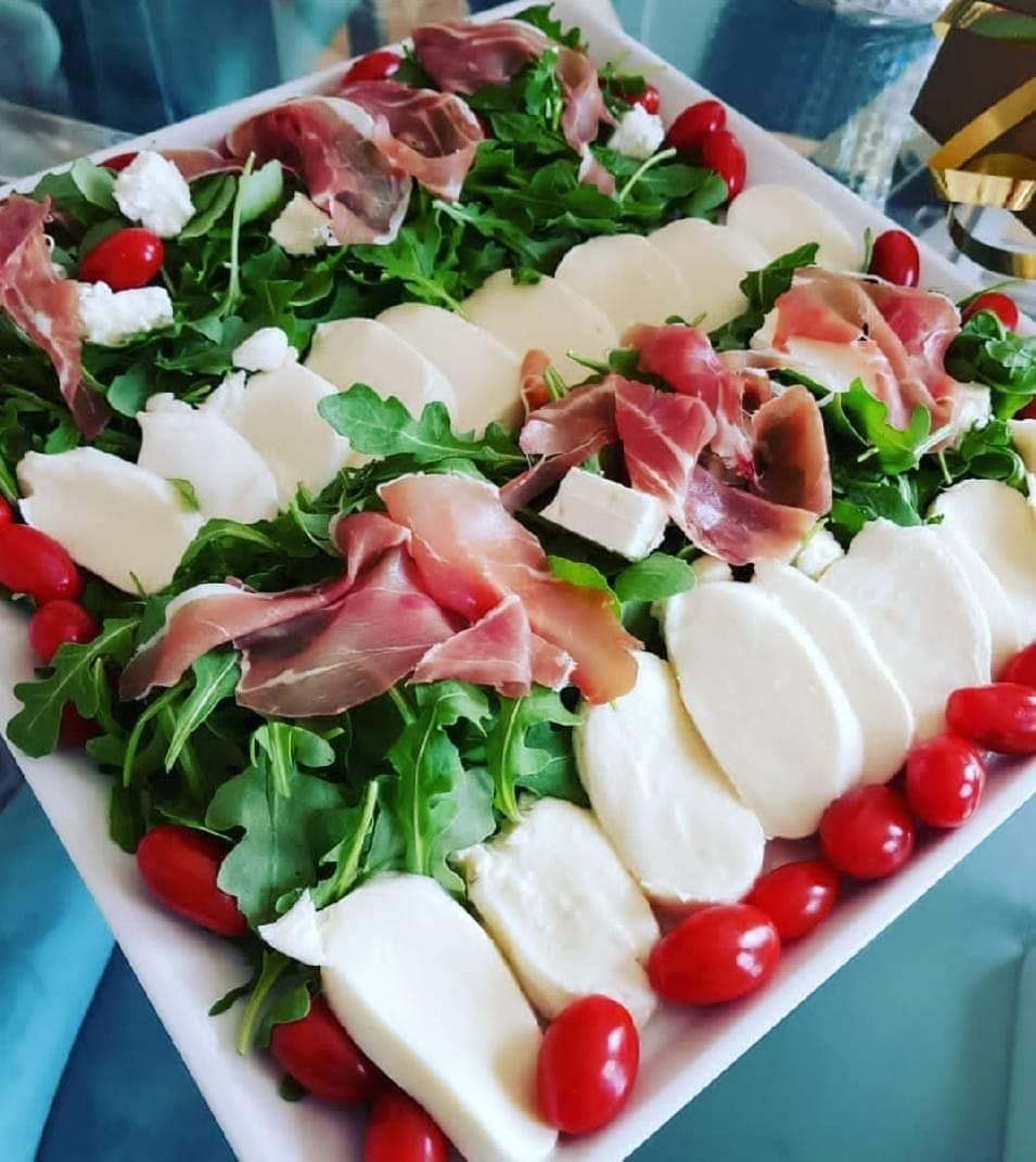 σαλάτα με ρόκα, προσούτο και μοτσαρέλα_