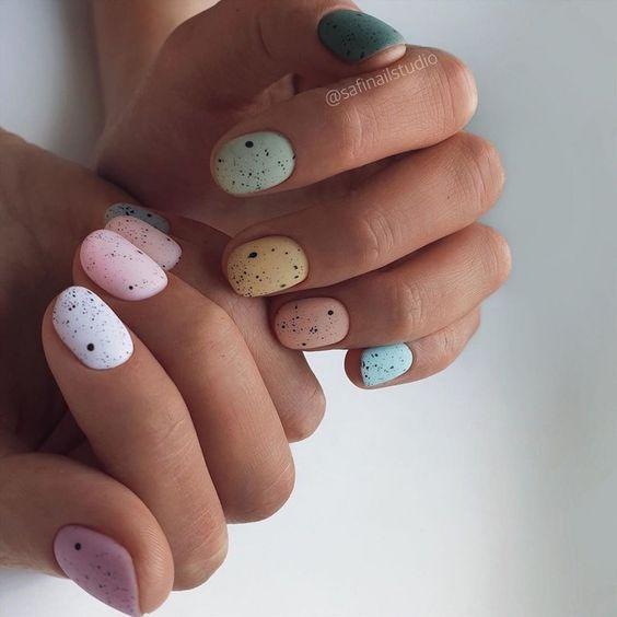 χρωματιστά νύχια_με_ροζ_λευκό_κίτρινο_πετρόλ_και_γαλάζιο_χρώμα_και_σχέδια_