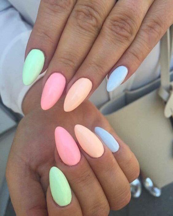 χρωματιστά_νύχια_με_ροζ_πορτοκαλί_πράσινο_και_θαλασσί_χρώμα_