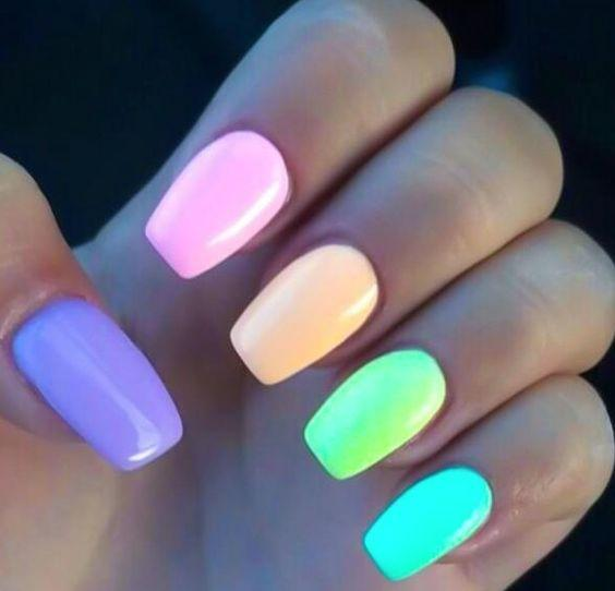χρωματιστά_νύχια_με_ροζ_μοβ_πορτοκαλί_πράσινο_και_θαλασσί_χρώμα_