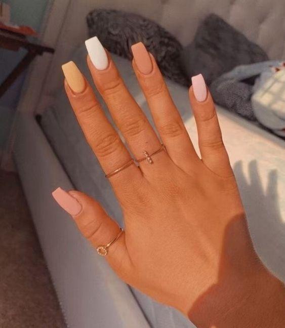 χρωματιστά νύχια_με_σικ_χρώματα_