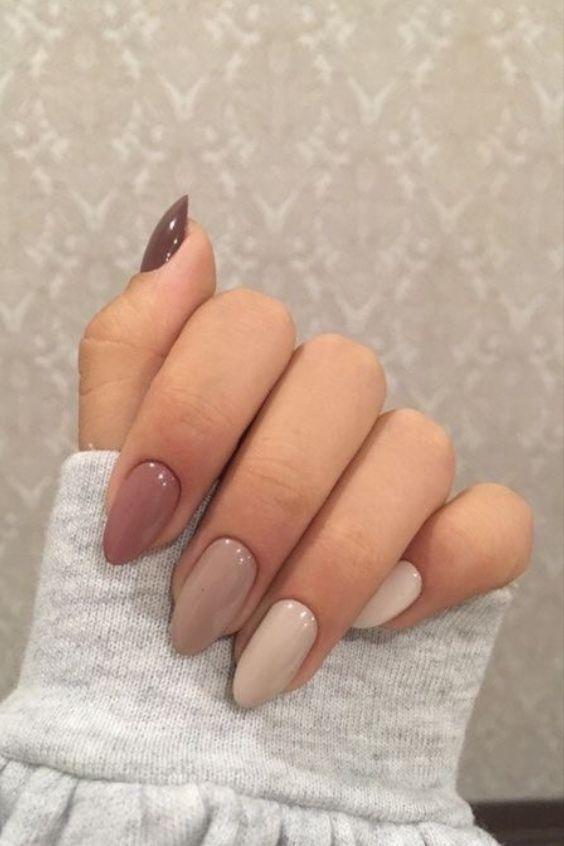 χρωματιστά νύχια_σε_καφέ_χρώματα_