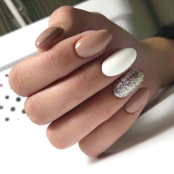 χρωματιστά νύχια_σε_καφέ_και_λευκό_χρώμα_με_γκλίτερ_