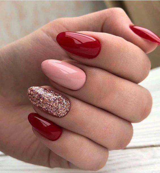χρωματιστά νύχια_σε_κόκκινο_και_ροζ_χρώμα_με_γκλίτερ_