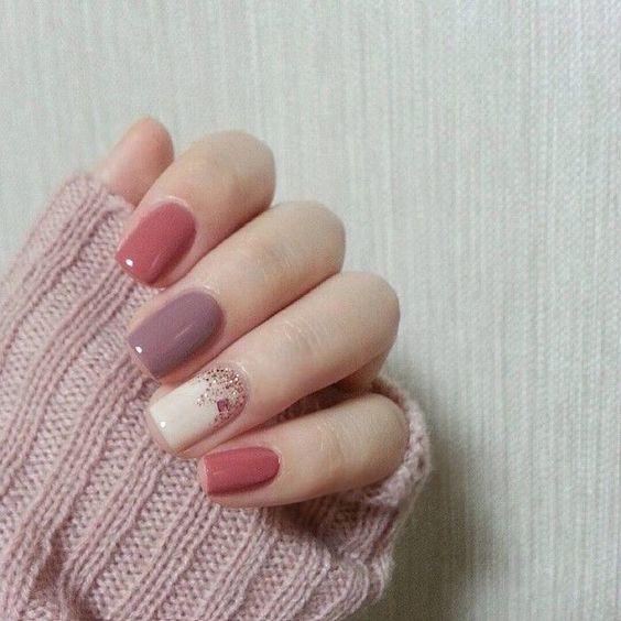 χρωματιστά νύχια_σε_ροζ_αποχρώσεις_με_γκλίτερ_