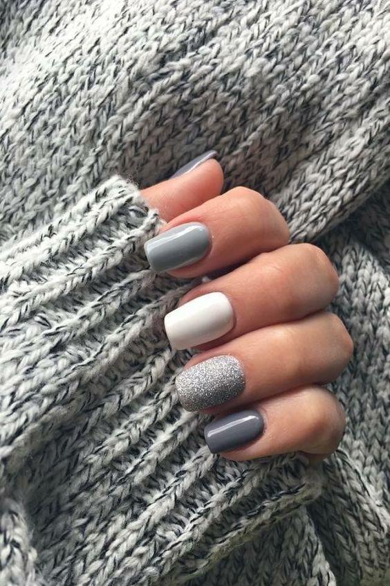 χρωματιστά νύχια_με_γκρι_και_λευκό_χρώμα_και_γκλίτερ_