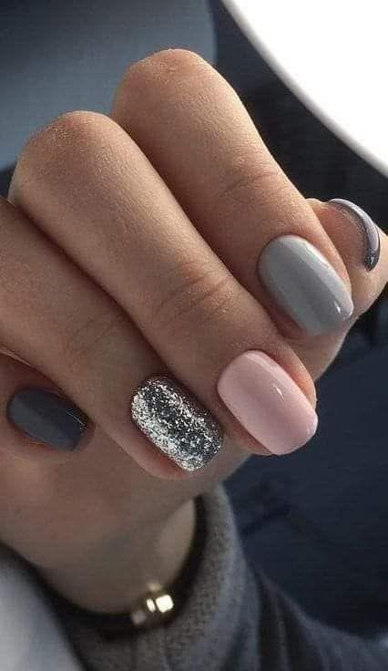 χρωματιστά νύχια_με_γκρι_και_ροζ_χρώμα_και_γκλίτερ_