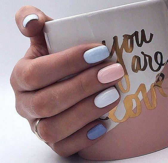 χρωματιστά_νύχια_σε_θαλασσί_ροζ_και_λευκό_χρώμα_