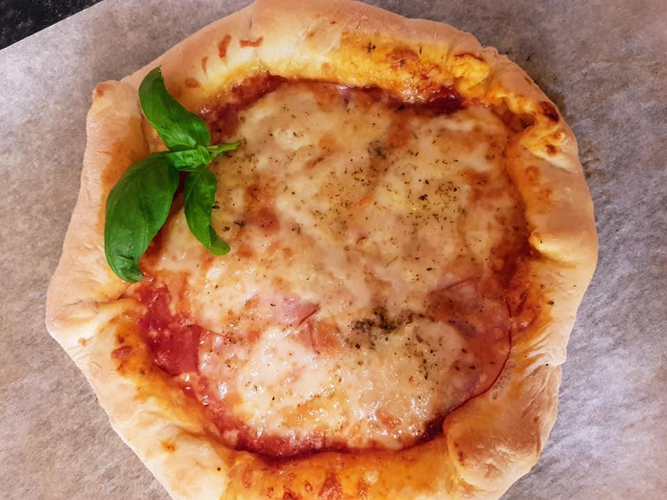 πίτσα_με_τόνο_ντοματίνια_και_κρεμμύδια_