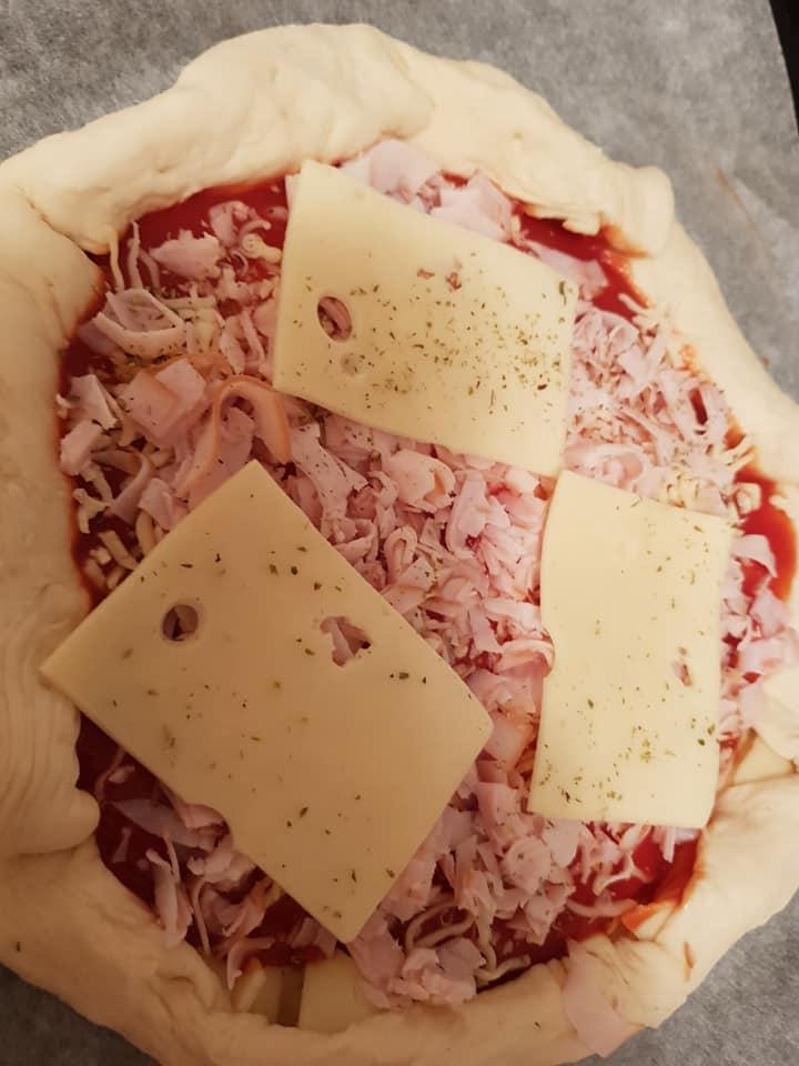Συνταγή για_ Μεσογειακή_ πίτσα_ με τόνο_
