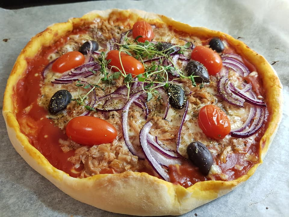 Μεσογειακή πίτσα με τόνο_