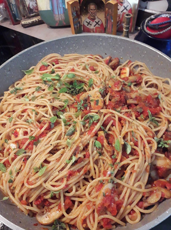 Μακαρόνια_ ολικής_ άλεσης _με σάλτσα ντομάτας_ και μανιτάρια_