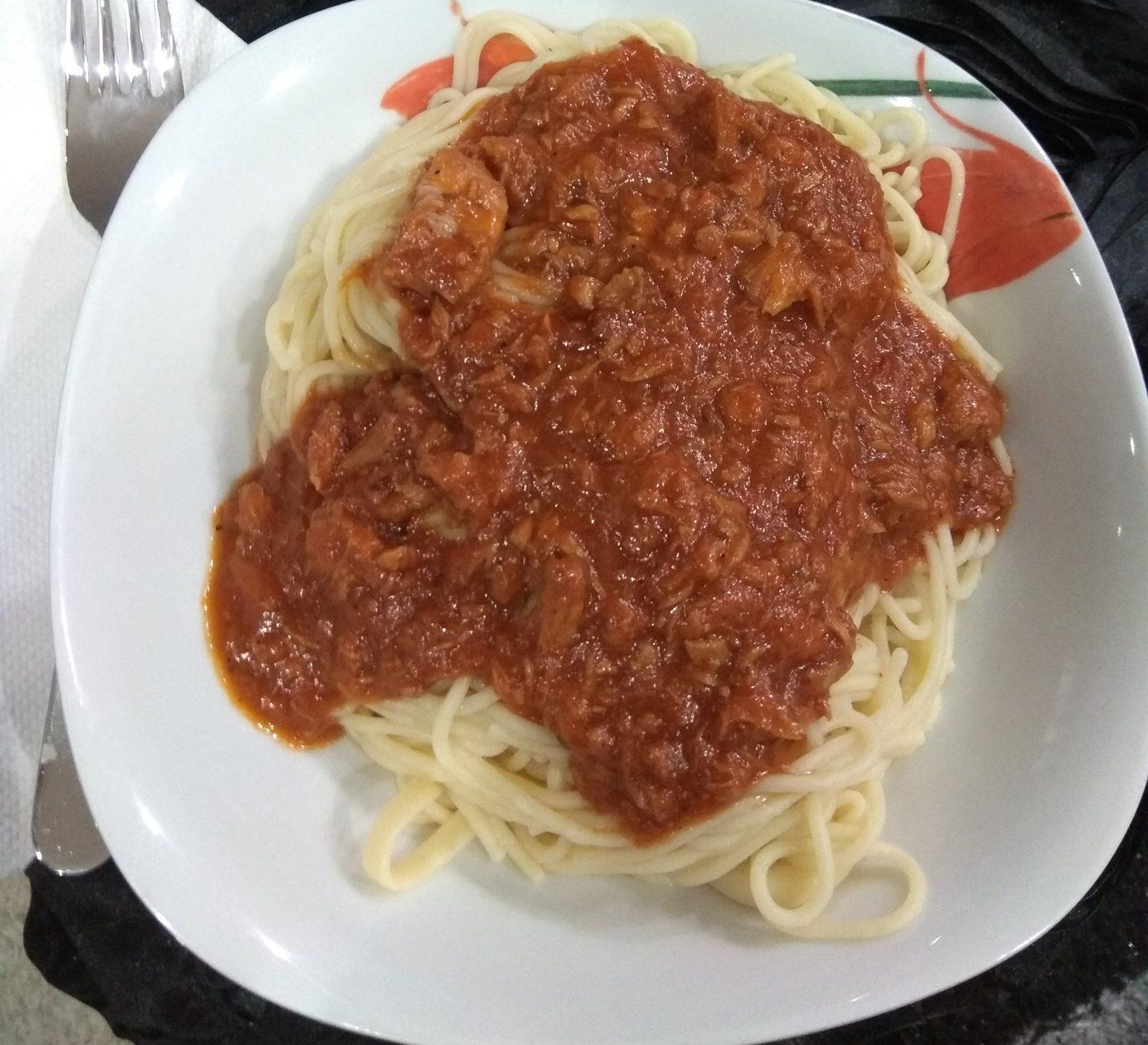 Μακαρόνια με κόκκινη σάλτσα τόνου_
