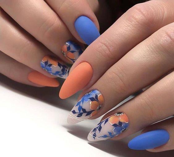 πορτοκαλί_και_μπλε_νύχια_με_φλοράλ_σχέδια_