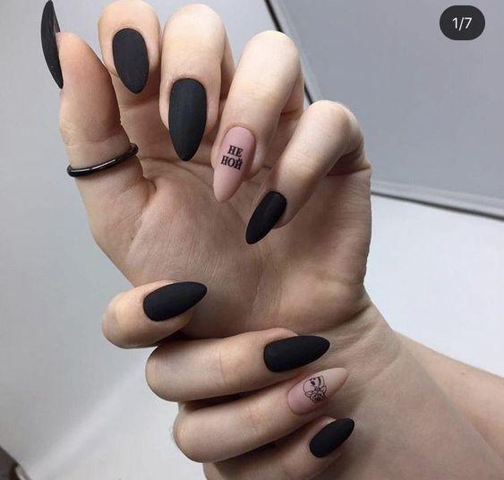 goth νύχια_σε_μαύρο_και_μπεζ_χρώμα_