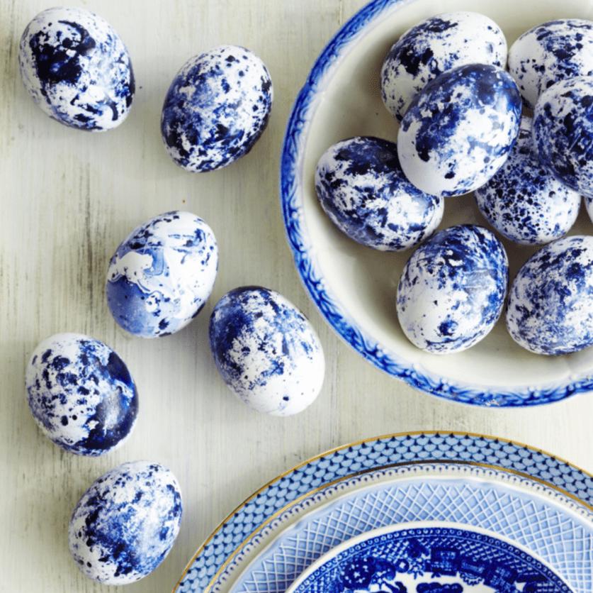 πασχαλινά αυγά_σε_μπλε_και_λευκό_χρώμα_