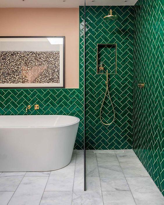 Πράσινα, σμαραγδένια πλακάκια στο μπάνιο