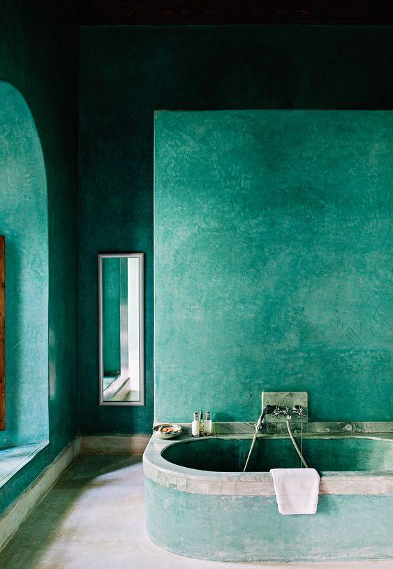 πράσινα_σχέδια_στους_τοίχους_του_μπάνιου_