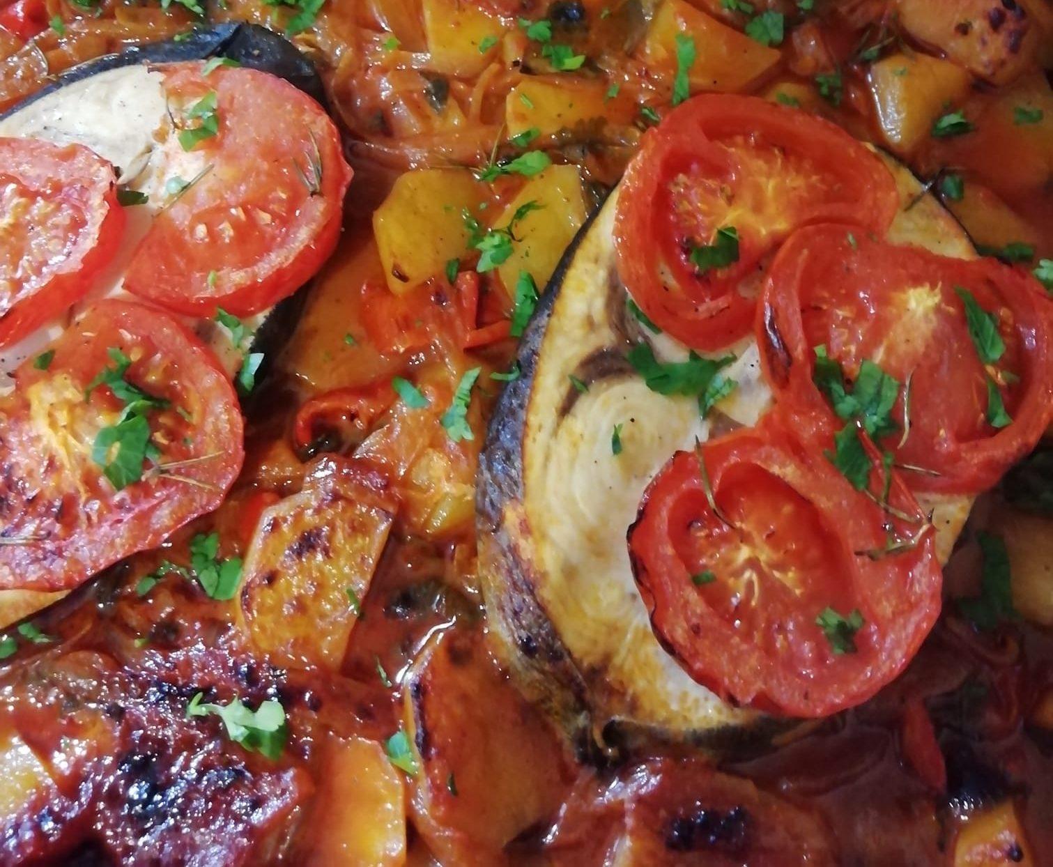 Κοκκινιστός ξιφίας στον φούρνο με πατάτες