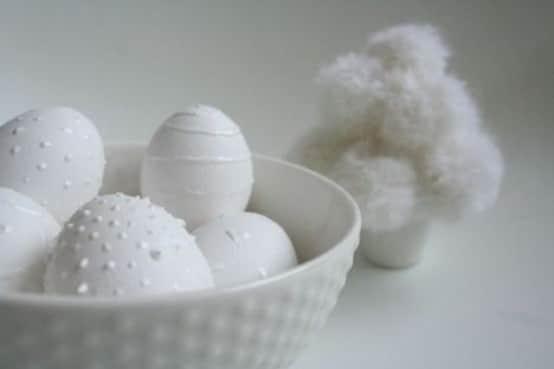 λευκά_πασχαλινά αυγά_με_σχέδια_