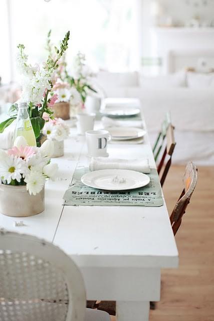 ρουστίκ_πασχαλινό τραπέζι_με_λουλούδια_