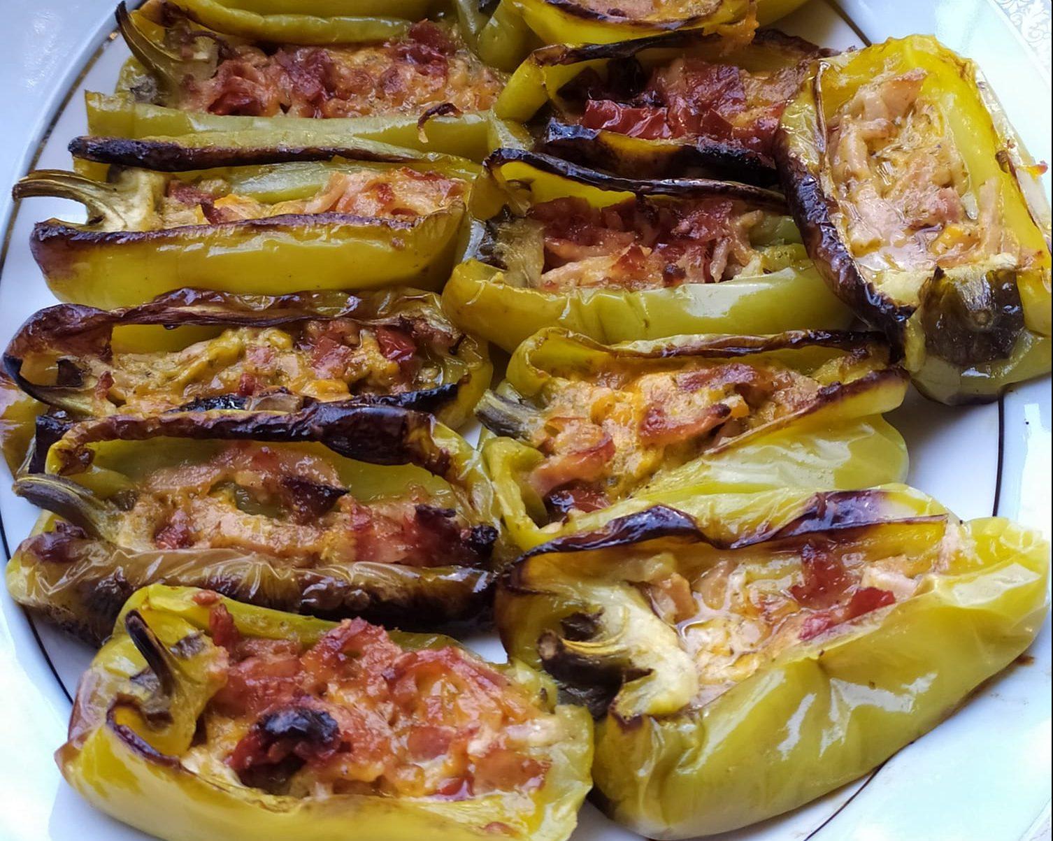 Πιπεριές γεμιστές με μπέικον λιαστή ντομάτα και πέστο βασιλικού