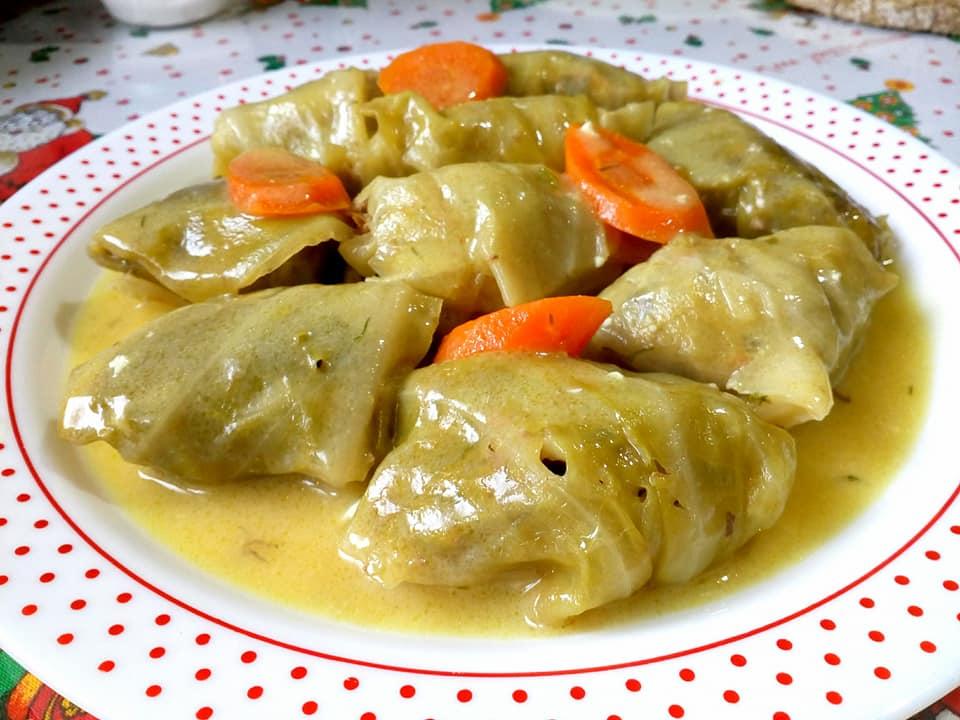 Νηστίσιμοι λαχανοντολμάδες με σάλτσα λεμονιού
