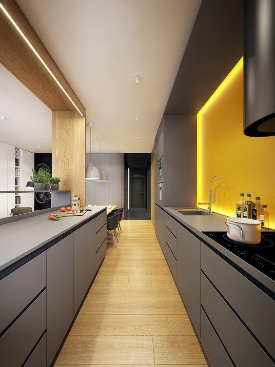γκρι_ντουλάπια_και_κίτρινος_τοίχος_στην_κουζίνα_με_κρυφό φωτισμό_
