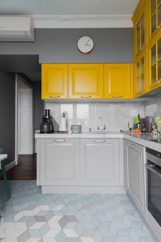 κίτρινα_ντουλάπια_και_γκρι_τοίχοι_στην_κουζίνα_