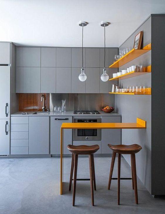 κίτρινα_ράφια_και_κίτρινος_πάγκος_στην_κουζίνα_