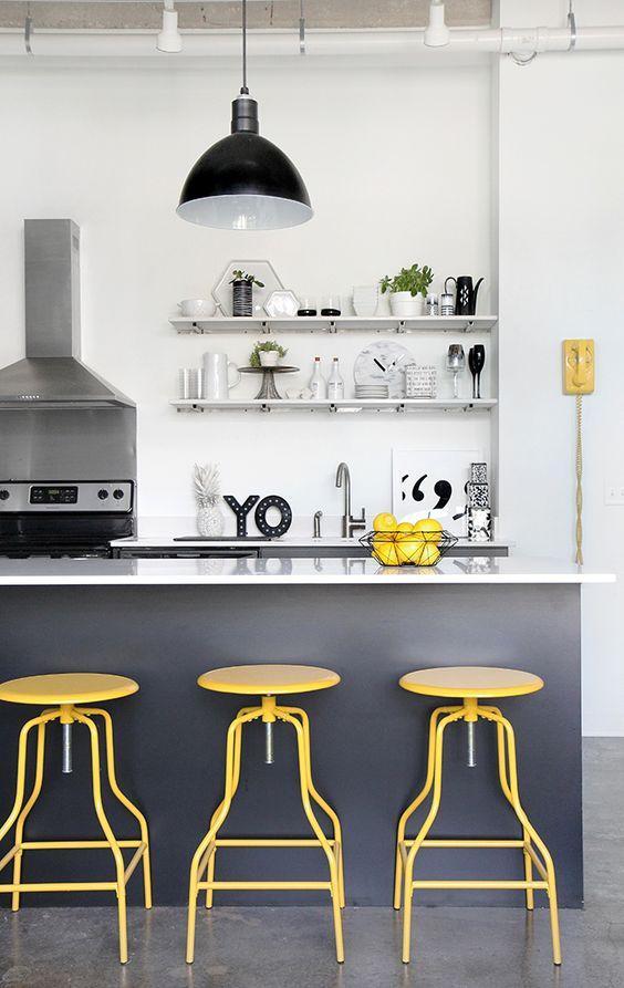 κίτρινα_καθίσματα_στην_κουζίνα_