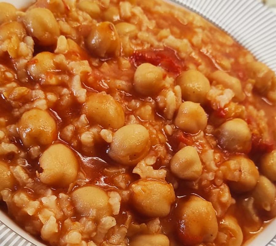 Κοκκινιστά ρεβίθια με ρύζι_