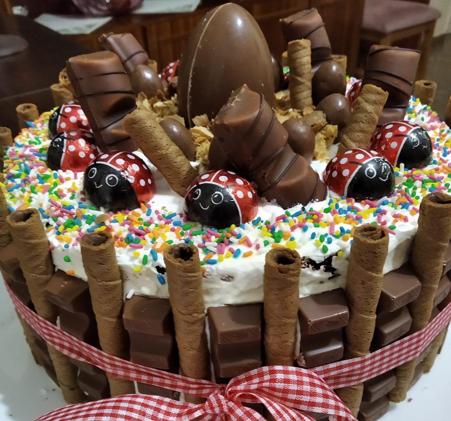 Εύκολη τούρτα κίντερ για παιδικά γενέθλια_