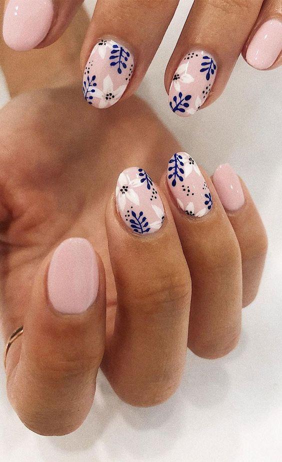 ροζ νύχια_με_μπλε_λουλούδια_