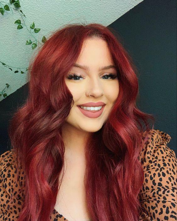 βαθύ_κόκκινο_σε_μακριά μαλλιά_με_χάλκινες_αποχρώσεις_